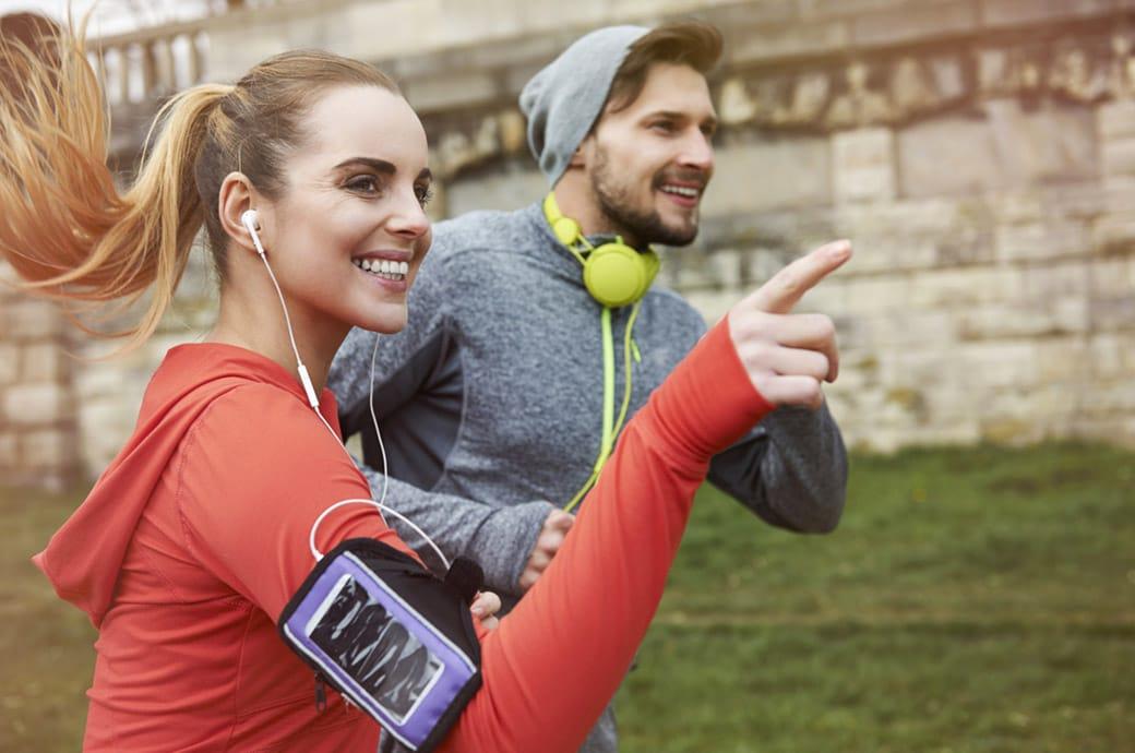Egy nő és egy férfi a szabadban futnak.